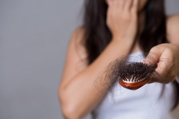 od czego zależy wypadanie włosów