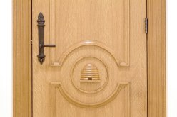 Detail of a door. While the beehive motif is common in Latter-day Saint architecture, unique to the Manhattan temple are the door handles, whose torch motif was inspired by the Statue of Liberty in New York Harbor.