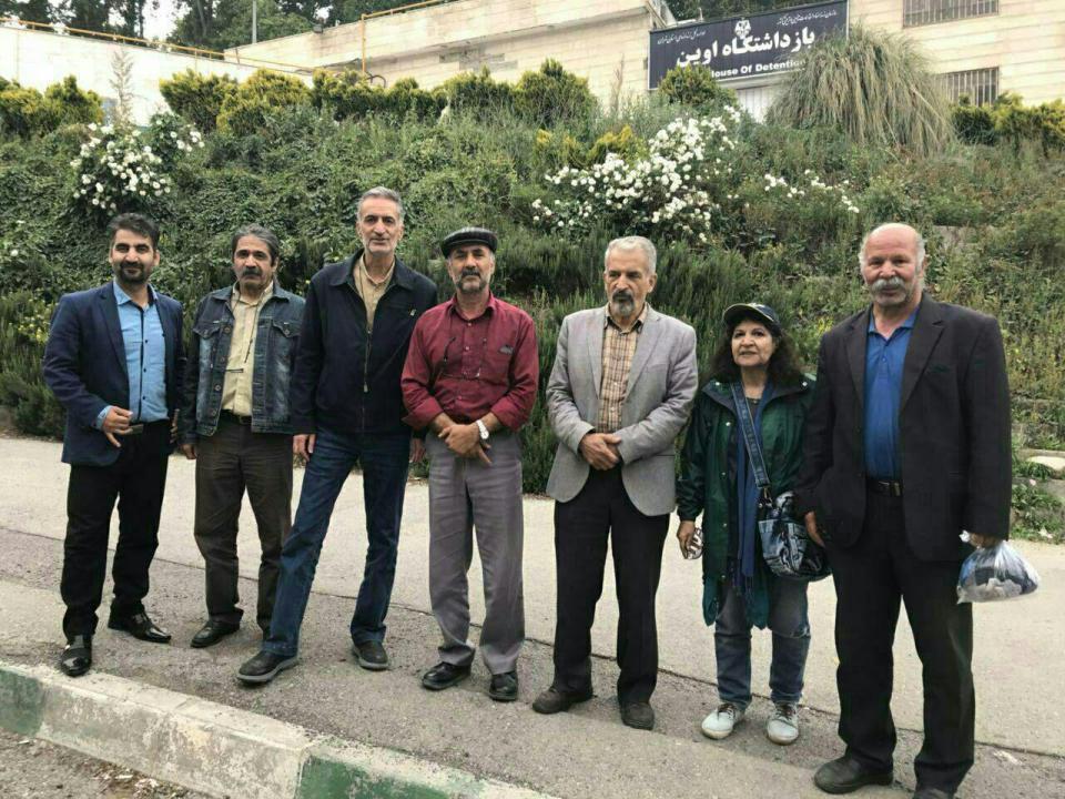 عکس معلمان زندانی پس از خروج از زندان اوین