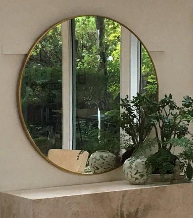 Modern_Round_Brass_Mirror,_in_situ1