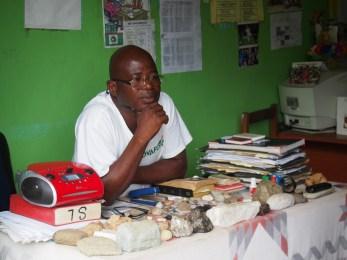 DFP代表理事の質問に答える、リベリア共和国ケイプマウント州の採掘担当官。 (撮影:DFP、2014、リベリア)