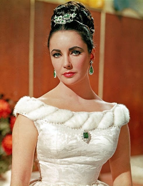 A young Elizabeth Taylor looking beautiful in her Bulgari emerald and diamond suite (minus the necklace). Via Diamonds in the Library.