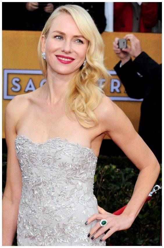 Naomi Watts at the 2013 Screen Actors Guild Awards, wearing a Marchesa gown, classic Fabergé Clover earrings and the Fabergé Solyanka Emerald Cabochon ring. Via Diamonds in the Library.