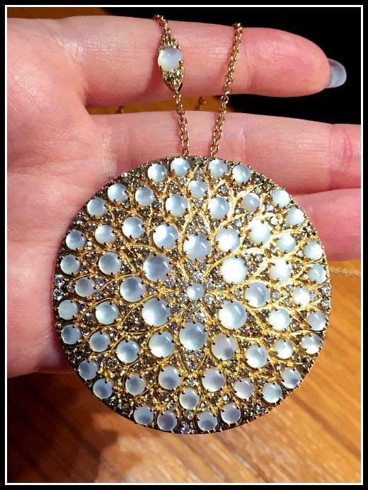 This amazing Pasquale Bruni pendant in gold features mother of pearl cabochons and diamonds