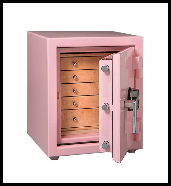 A Casoro jewelry safe - Topaz Model - in pink with maple and chrome details.