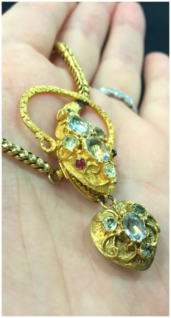 A beautiful antique snake necklace in gold with gemstones. At Keyamour.