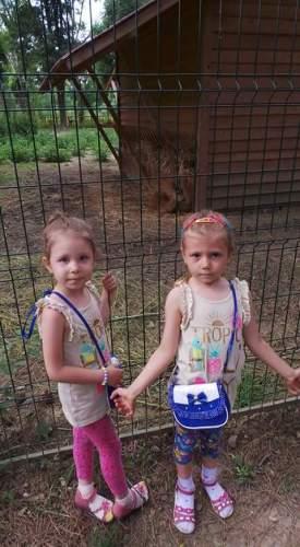 Plimbare la gradina zoologica, fericire pentru fete