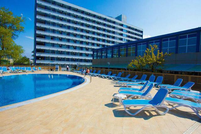 Mare, soare, nisip + un hotel modern, primitor = rețeta unui sejur de vis!