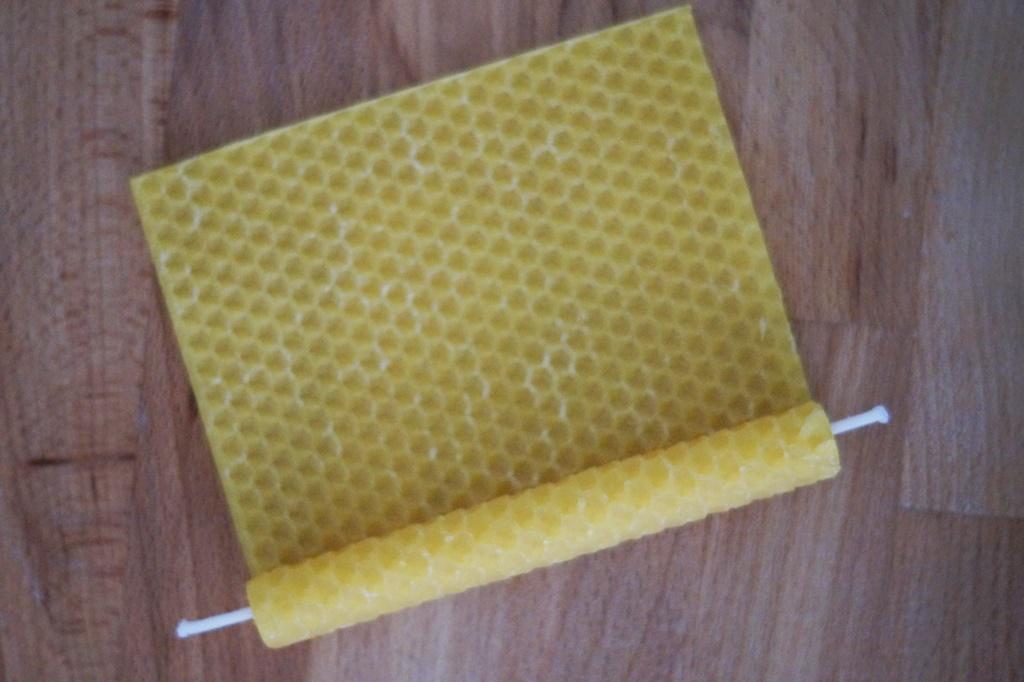 Bienenwachs zur Kerze rollen