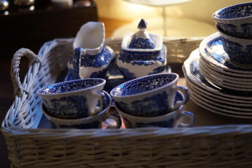 blau weißes Geschirr