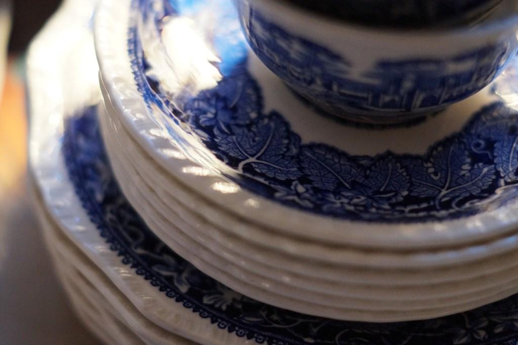 englisches Geschirr in blau weiß