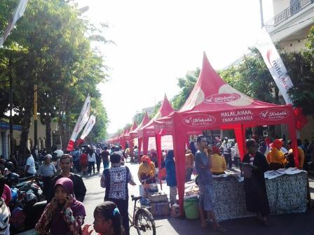 Ratusan Stand Festival 10.000 Campor. Jalan utama kota Sumenep ditutup total untuk kegiatan ini.