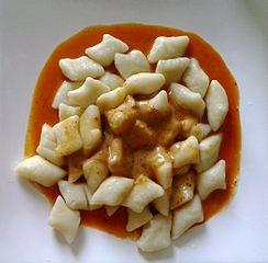 FFFPoland_Kopytka_Wik_CR=MOs810_244px-Kopytka_in_tomato_sauce