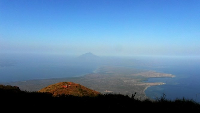 View dari Puncak Ile Lewotolok ke arah Ile Boleng di Pulau Adonara. Tenda kecil di padang savana itu adalah POS 2. Di dekat situ katanya adanya percabangan jalur.