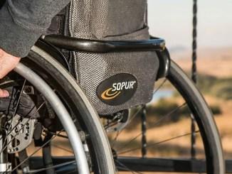 persona en cadira de rodes