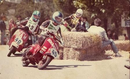 A dalt, vista general del taller des del carrer (fotografia de Javier Sardà). A sota , una fotografia d'una cursa de les 24 Hores Vespa dels anys vuitanta. (Fotografia de Motos Bonanova)