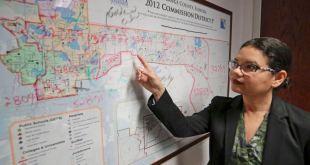 Emily Bonilla, comisionada del condado Orange, inspecciona un mapa de Florida en Orlando el 3 de junio del 2019. Bonilla teme que su distrito no será contado adecuadamente en el censo del 2020. (AP Photo/John Raoux)