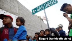 """Photo of Trump insta a Obrador a """"hacer finalmente lo que debe"""" sobre inmigración"""