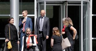 Juez bloquea política para mantener en custodia a solicitantes de asilo