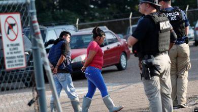 680 hispanos arrestados en planta procesadora de alimentos en Mississippi 9