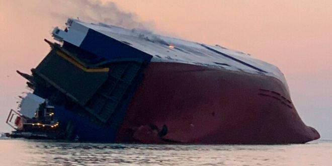 Guardia Costera busca 4 tripulantes de barco de carga volcado en Georgia 1
