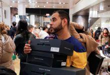 Los compradores estadounidenses gastan en línea en el Viernes Negro 6