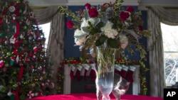 """El gato de la familia Pence """"Hazel"""" camina alrededor de un florero durante un recorrido de la prensa por las decoraciones navideñas en la residencia del vicepresidente, el jueves 6 de diciembre de 2018, en Washington. (Foto AP / Alex Brandon)."""