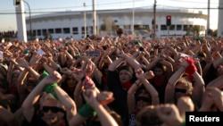Activistas de derechos humanos levantan sus manos durante una protesta contra la violencia a las mujeres y contra el gobierno de Chile en Santiago, Chile, 4 de diciembre de 2019.