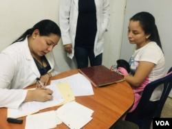 Joselys Chacín, de 17 años, contó a la VOA que su familia se sintió dolida al saber de su embarazo adolescente.