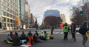 Manifestantes por el cambio climático bloquean centro de Washington 9