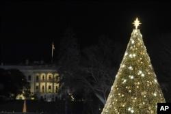 Trump y la primera dama iluminan el Árbol Nacional de Navidad 2