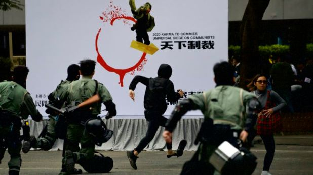 Policía lanza gas lacrimógeno a manifestantes en Hong Kong 1