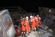 Socorristas luchan por rescatar a víctimas de un derrumbe en China 4