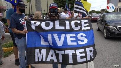 Una mujer sostiene una bandera con el mensaje