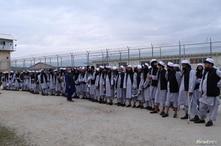 Prisioneros talibanes recién liberados se alinean en la prisión de Bagram, al norte de Kabul, Afganistán, 11 de abril de 2020. Foto tomada el 11 de abril de 2020. Foto del Consejo de Seguridad Nacional de Afganistán.