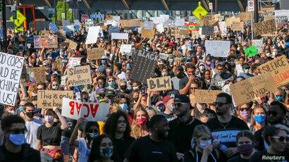 Miles marchan en apoyo a justicia para George Floyd en Minneapolis.