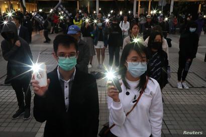 Una marcha de manifestantes en Hong Kong recordó a los muertos y heridos en las protestas durante el año que se va.