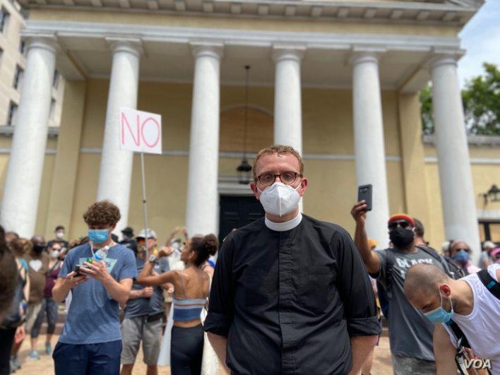 Patrick Keaser, un pastor episcopal que ofrece agua y comida a los manifestantes en Washington