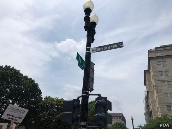 """Una porción de la calle 16, que colinda con el parque Lafayette, frente a la casa presidencial, fue renombrada como """"plaza Black Lives Matter"""""""