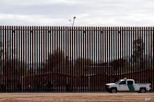 Agentes fronterizos realizan una patrulla, el 5 de abril de 2019, junto a un segmento del muro fronterizo con México situado en el estado de California