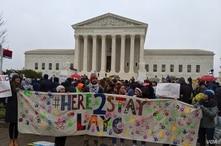 Decenas de personas se reunieron frente a la Corte Suprema de Justicia de Estados Unidos, en Washington DC, este martes para apoyar a los demandantes de la suspensión del DACA. Foto VOA