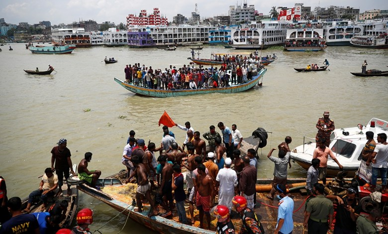 Al menos 25 muertos luego del hundimiento de un ferry en Bangladesh 9