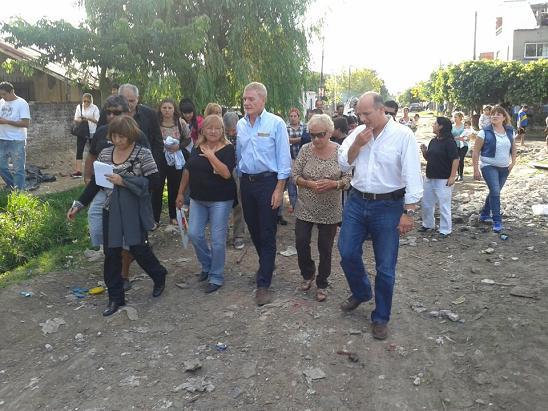 Pag.6 y 7_De Narvaez y Verdini dialogando con los vecinos (2)