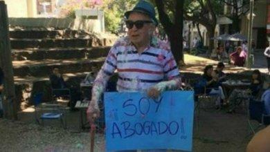 Photo of Tiene 82 años es sordo, no vidente y se recibió de abogado