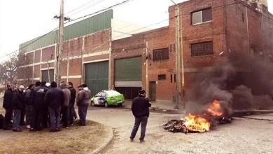 Photo of Despidos, tiros y amenazas en una papelera