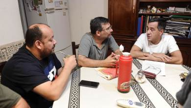 Photo of Finocchiaro con vecinos de La Tablada:  Amigos son los amigos