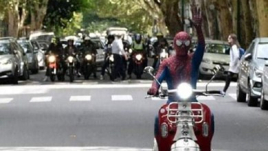 Photo of Spiderwest: el héroe de grandes y chicos que recorre zona oeste robando sonrisas
