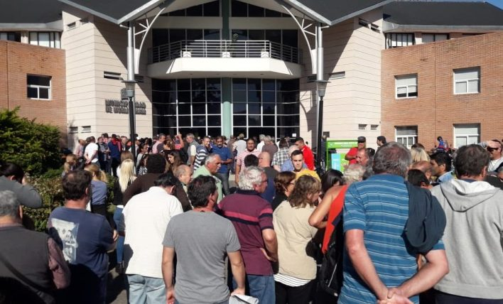 Hurlingham: Vecinos marchan en la puerta de la Municipalidad contra las fotomultas