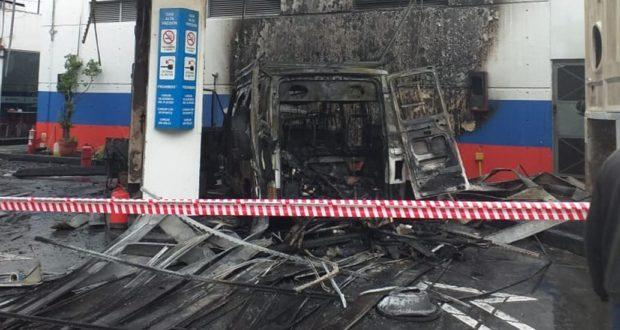Frente al Plaza Oeste shoping: Una camioneta trafic se incendió en una GNC de Morón y causó pánico en hora pico