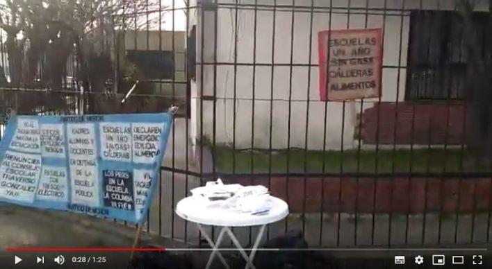 Instalaron una mesa de campaña en la puerta de una escuela sin gas